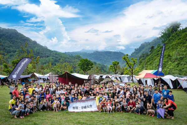 outdoorbase-camping-activity-group-photo